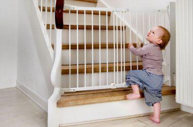 Как закрыть лестницу от ребенка своими руками?