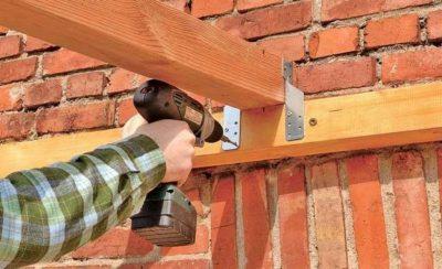 Как закрепить деревянный брусок к кирпичной стене?